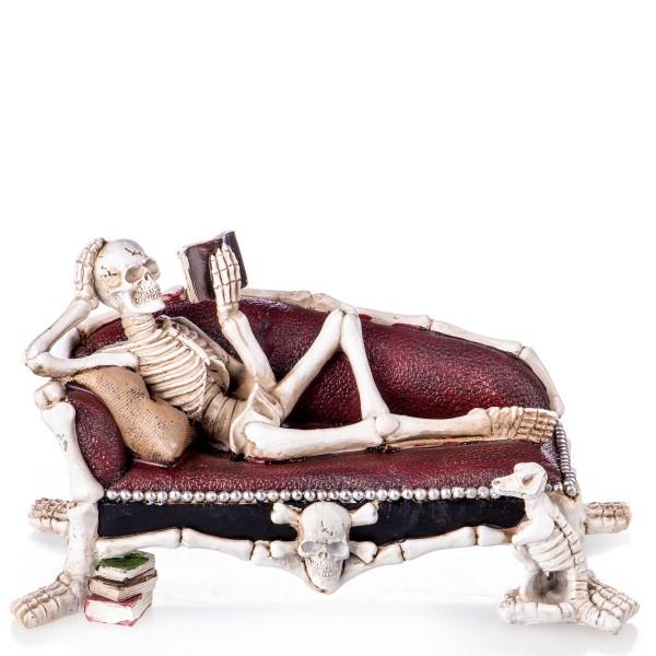 Gothic Polyresinfigur lesendes Skelett auf Chaiselounge XS214